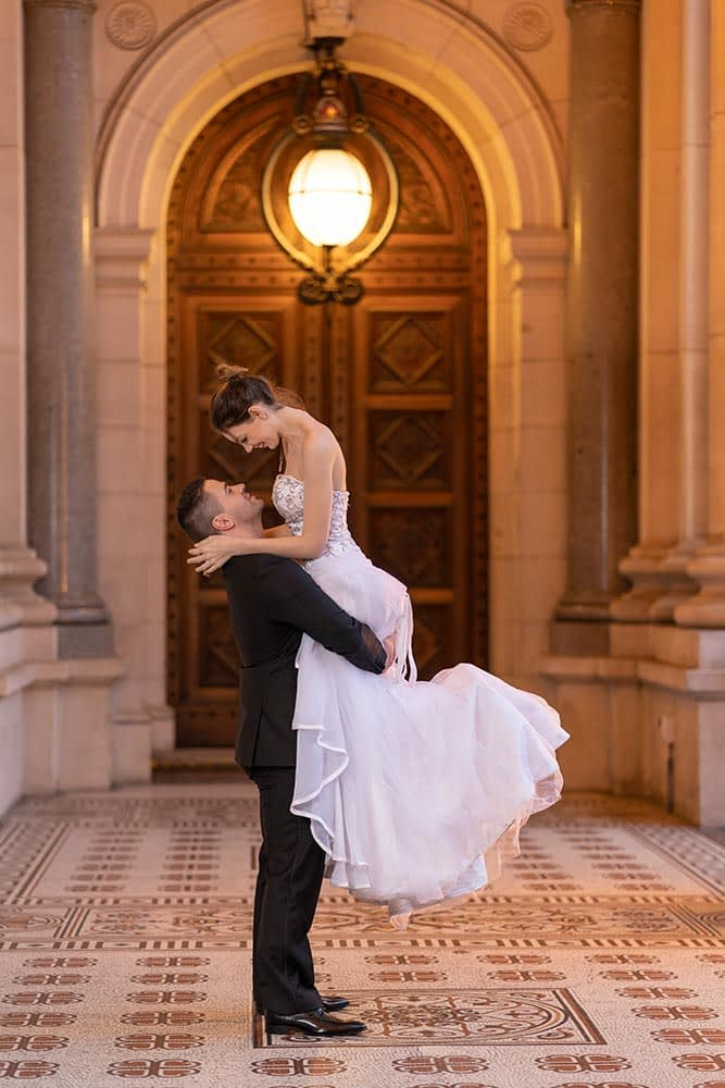 groom lift the bride up pose at Parliament house